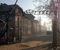 Oœwiêcim, 12.01.2005 r. By³y obóz zag³ady KL Auschwitz.   N/z: brama wejœciowa.  PAP/ Jacek Bednarczyk jb/bp